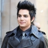 Adam Lambert már csak egy ugrásnyira