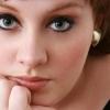 Adele inkább cigizik, mint énekel