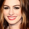 Anne Hathaway örömmel vetkőzik