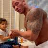 Apának sem utolsó! A kislánya kezeit mosó Dwayne Johnsonnál cukibbat ma már tuti nem látsz!