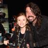 Apja nyomdokaiba lép Dave Grohl lánya! Így dobol a nyolcéves Harper!