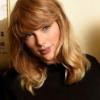 Aranyos képeslappal köszöntötte ismerőseit Taylor Swift - saját cicái szerepelnek rajta
