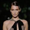 Bella Hadid alig viselt valamit Tom Ford divatbemutatóján