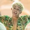 Bugyiban lépett színpadra Miley Cyrus