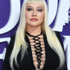 Christina Aguilera szőke Morticiaként jelent meg egy premieren