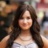 Demi Lovato megvillantotta mellbimbóját