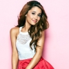 Divattervezőnek állt Ariana Grande