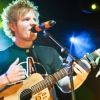Ed Sheeran elesett a színpadon