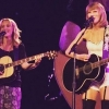 Együtt lépett fel Taylor Swift és Lisa Kudrow