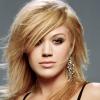 Kelly Clarkson vörösbe borult
