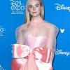 Elle Fanning rózsaszín ajándéknak öltözött