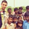 Example Indiában adakozott