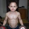 Ez a hétéves kisfiú erősebb, mint te!