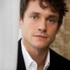 Hugh Dancy hangját kölcsönzi