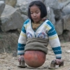 Kosárlabdával helyettesítette balesetben elvesztett lábait a tragikus sorsú lány – inspiráló történet!