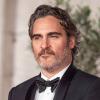 Joaquin Phoenix pukedlizett Vilmos herceg előtt - imádta az internet