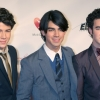 Jótékonykodik a Jonas Brothers