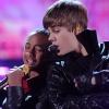 Justin Bieber Jaden Smith hátsóját fogdossa