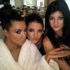 Kim Kardashian pózolni tanítja húgait