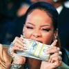 Kötegekben szórja a pénzt Rihanna