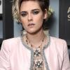 Kristen Stewart szokatlan módon viseli a kosztümöt - meglehetősen szexi változatot mutatott
