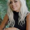 Lady Gaga alig bírt neonzöld jelmezével - kis híján a biztonságába került