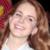 Lana Del Rey ezüstfoggal hódít