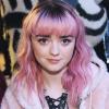 Maisie Williams hajához passzoló ruhát választott