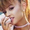 Ariana Grande háromszor – így reklámozza legújabb illatát az énekesnő