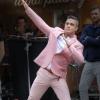 Őrangyalként tért vissza Robbie Williams!