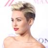 Miley Cyrus inkább meztelenkedik, mint sír