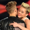 Miley Cyrus kiáll Justin Bieber mellett