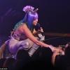 Miley Cyrus műpéniszt nyalatott rajongójával a koncertjén, majd rágyújtott egy füves cigire