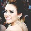Miley Cyrusnak új piercingje van