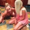 Miley Cyrus szétkente magán a barátnője szülinapi tortáját