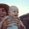 Brenton Thwaites gönyörű kislányával nem lehet betelni – fotók