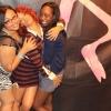 Női rajongóit fogdosta Rihanna