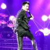 Színpadon szakadt el Adam Lambert nadrágja