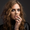 Színpadon villantott a Habits énekesnője