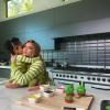 Szupercuki videót posztolt Kylie Jenner: megint kislányával sütött
