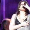 Teret követeltek Idina Menzel keblei a színpadon