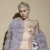Wow! Miley Cyruson végre ruha is van