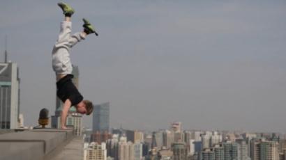 Sokkoló videó! 40 emelet magasban állt kézen a brit fenegyerek
