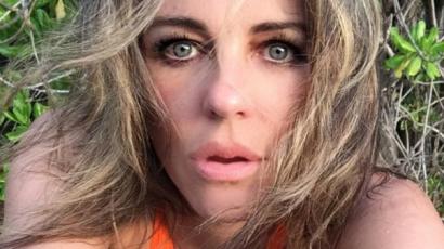 51 évesen is szuperszexi a fürdőruhára vetkőzött Elizabeth Hurley