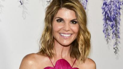 A színésznőt ért vádak miatt szerződést bontott Lori Loughlinnal a Hallmark