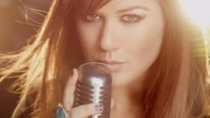 A tánc uralja Kelly Clarkson új videoklipjét