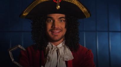 Adam Lambert Hook kapitányként jelentkezett