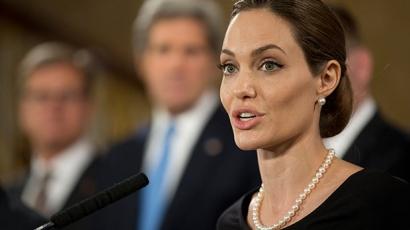 Angelina Jolie eltávolíttatta a melleit