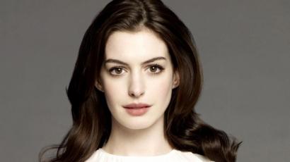 Anne Hathaway első gyermekét várja