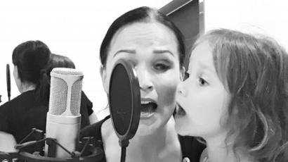 Tiszta anyja ez a lány! Így fest Tarja kislánya a mikrofon mögött